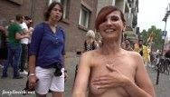 Jeny Smith mostra le sue tette ideali agli estranei per strada