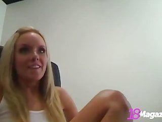 ブレストリーブロンドブルターニュは、Livecamで彼女の大きな素晴らしいマランゴスを受け取ります