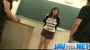 Studentessa paffuta e tettona pompata da 2 insegnanti appesi e concupiscenti