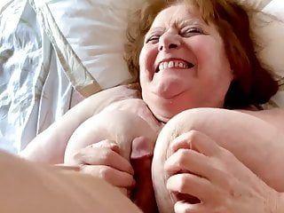 大きなバズーカを持つフランスの82歳のおばあちゃん