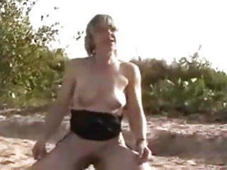 Mammiglie di mungitura anziana tedesca sulla spiaggia