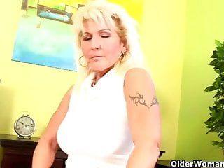 Nonna con grandi mango cascanti e fessura piena di cespugli