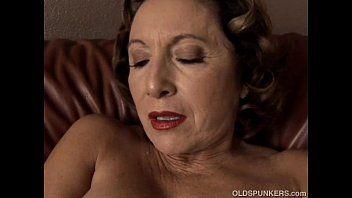 Bella nonna con ammirevole grande latte frullati Bonks la sua fessura bagnata per te